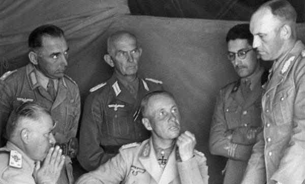 Генерал Роммель вместе с итальянскими военачальниками вАфрике.